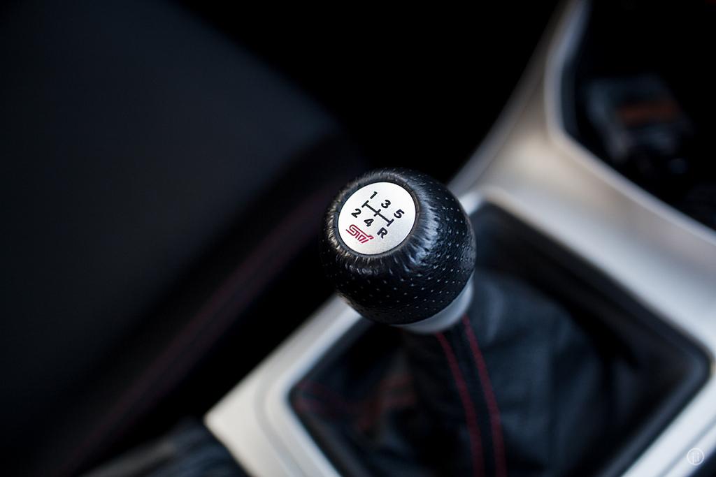 マニュアル車でクラッチを踏まずにギアチェンジする方法。緊急時に使えるドライビングテクニック