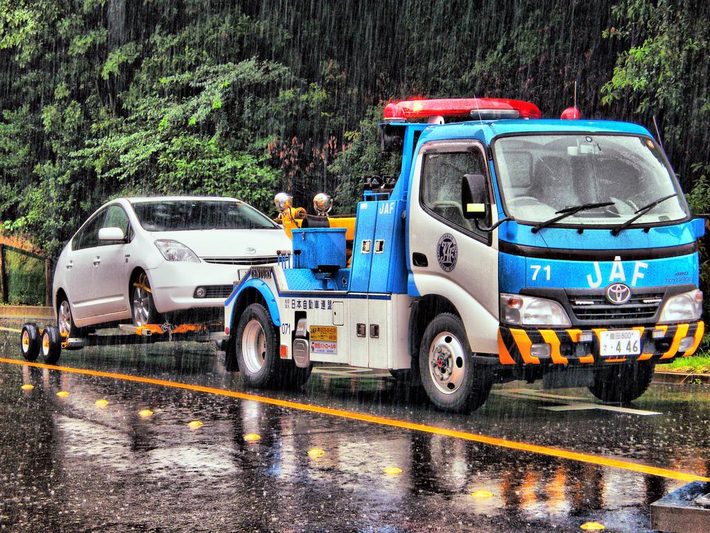 トヨタ「プリウス」を牽引するJAF(日本自動車連盟)のロードカー