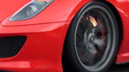 レーシングカーも真っ青!?ブレーキが真っ赤に焼けたままガソリンスタンドにやってきたお客さん