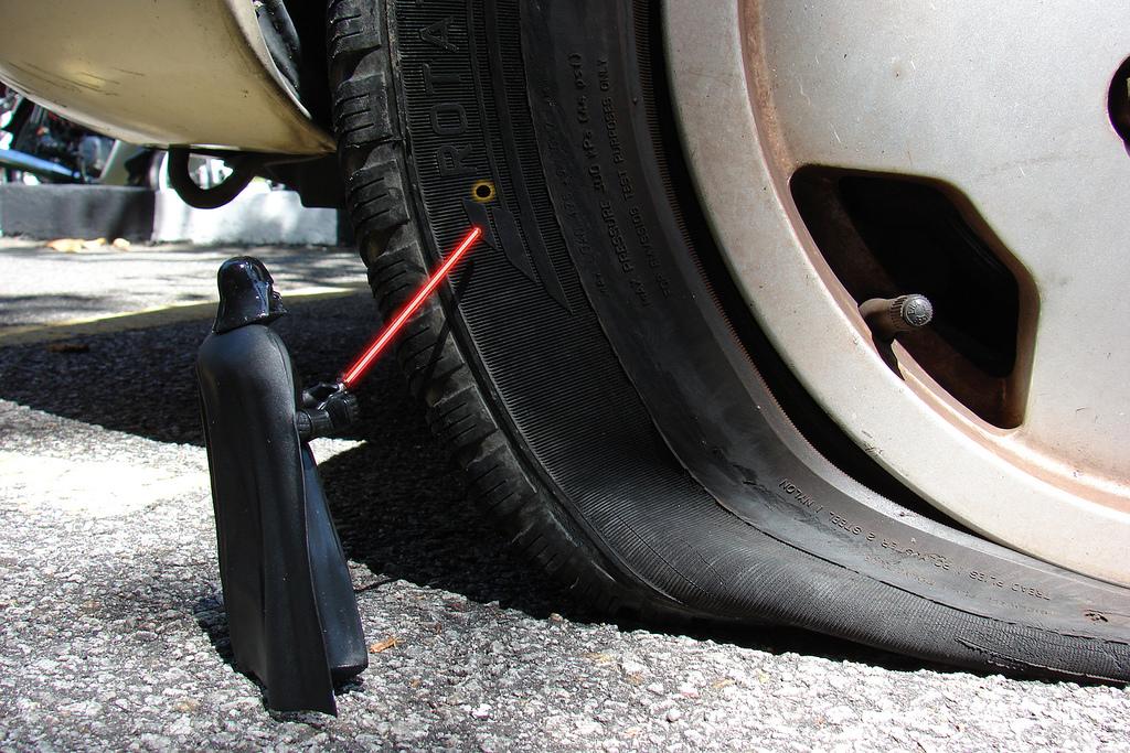 タイヤの空気圧をチェックしてくれるガソリンスタンド。便利な影に潜む罠!