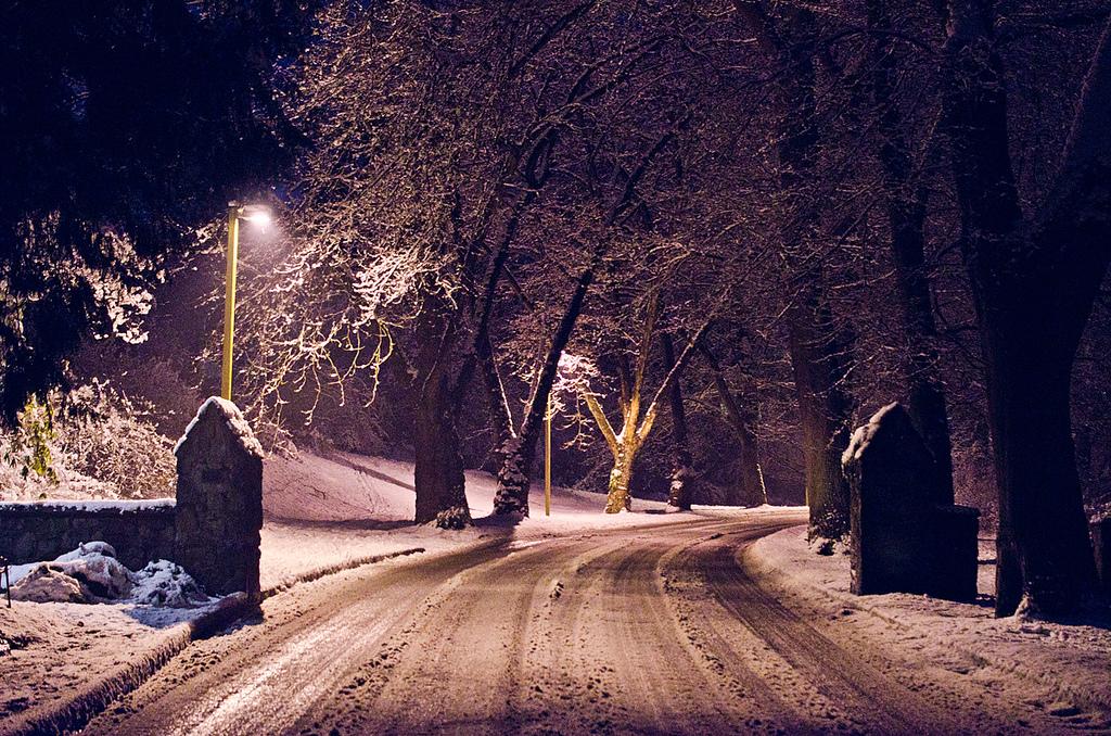 冬の雪道や凍結した道路での運転法や注意点
