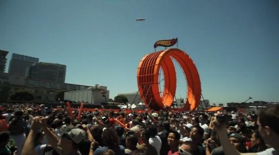 チーム「ホットウィール」がダブルループに成功!レーシングカーが2台同時に360度回転する動画