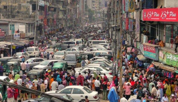 交通渋滞に悩まされる都市の道路を写した画像。
