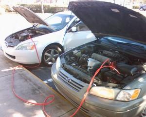 バッテリー上がりの車にブースターケーブルをつなぐ