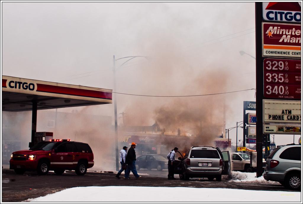 ガソリンスタンドで給油口にノズルを挿したまま発進⇒ポンプがもぎ取られ火災発生