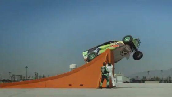 チーム「ホットウィール」がまた世界新記録樹立!四輪バギーによるコークスクリュージャンプ飛距離