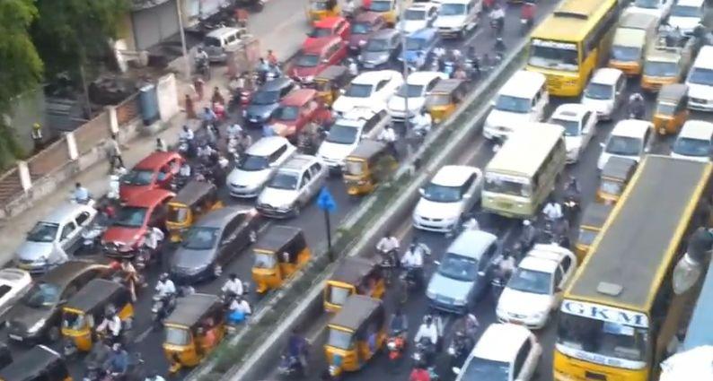 クラクションが鳴り止まない道路。インド「チェンナイ」の交通渋滞を撮影した動画