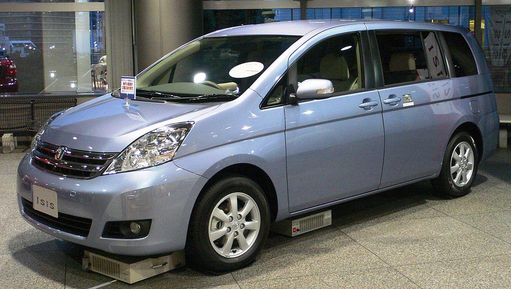 トヨタ「アイシス」に特別仕様車が登場。本革巻きステアやシフトノブのほか特別色も設定。