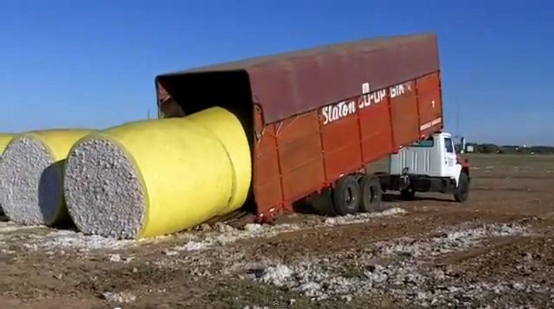 大きな荷物をテクだけで荷台に積み降ろしする凄腕トラックドライバー(動画)