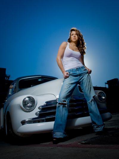 美女とオールドカー