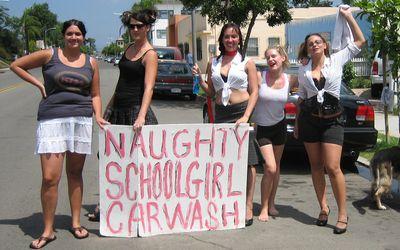 洗車してくれる美女たち-2