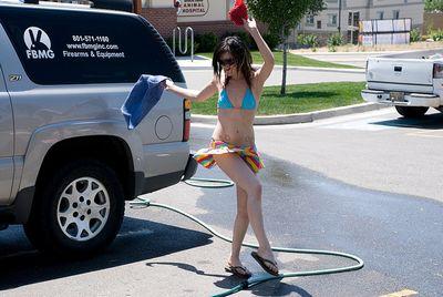 洗車してくれる美女たち-12