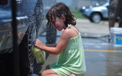 洗車してくれる美女たち-9