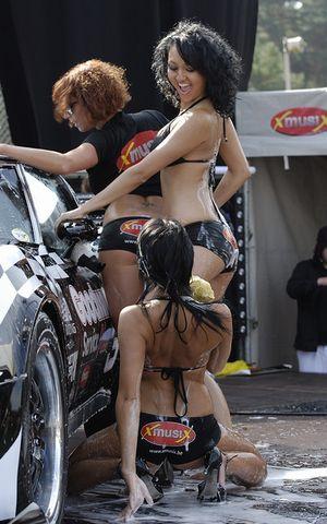 洗車してくれる水着美女たち-6