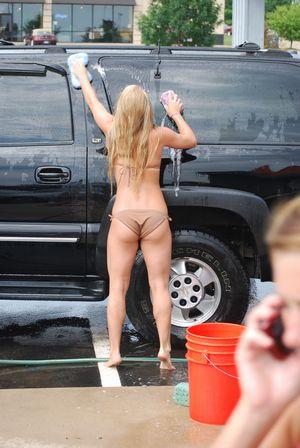 水着で洗車する女の子-10