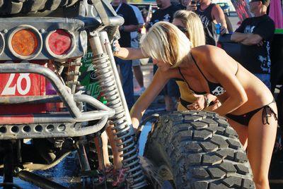 水着で洗車する女の子-4