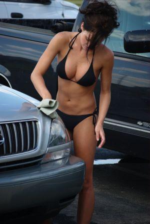 水着で洗車する女の子-5