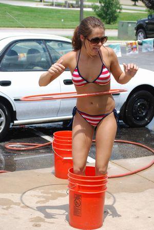 水着で洗車する女の子-7