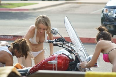 水着で洗車する女の子-9