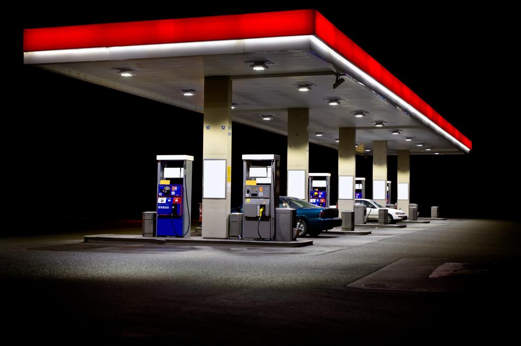 全国のガソリンスタンド数が減少し続けている。一方、自動車保有台数はそれほど変わってない。