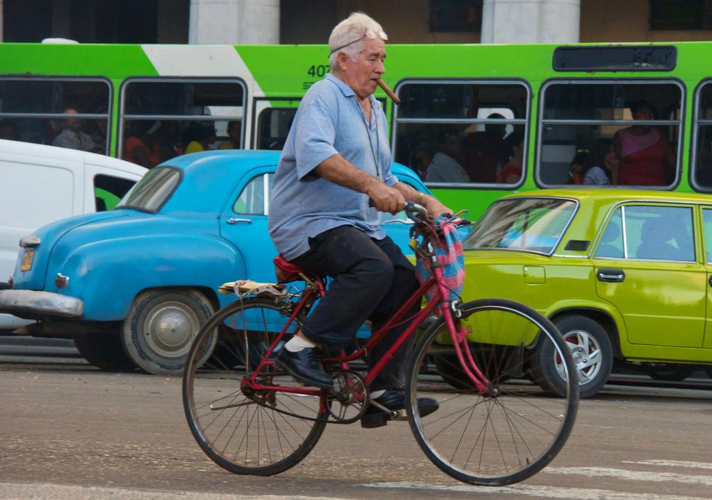 自転車に乗る老人