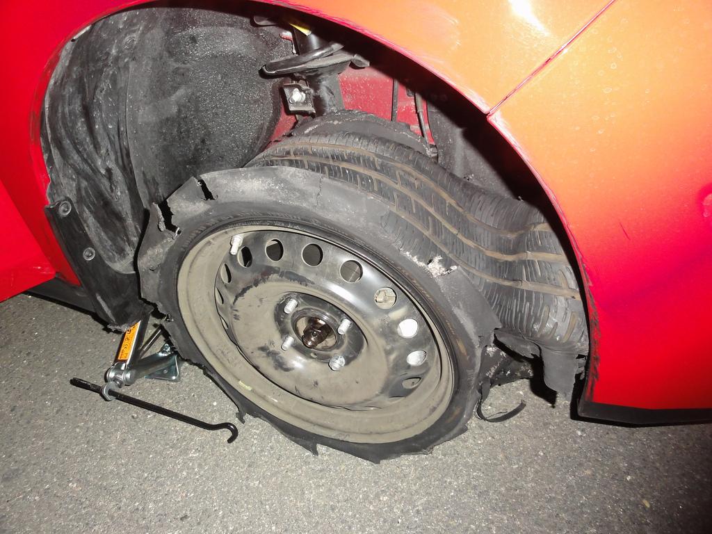 タイヤがバーストしてコントロールを失ったトラックの動画