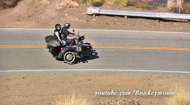 サイドカーのタイヤを失ったバイク⇒ホイールを浮かせ片輪走行で走る凄腕ライダー